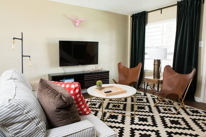 Sleek 2BR in Central Austin #246 by WanderJaunt