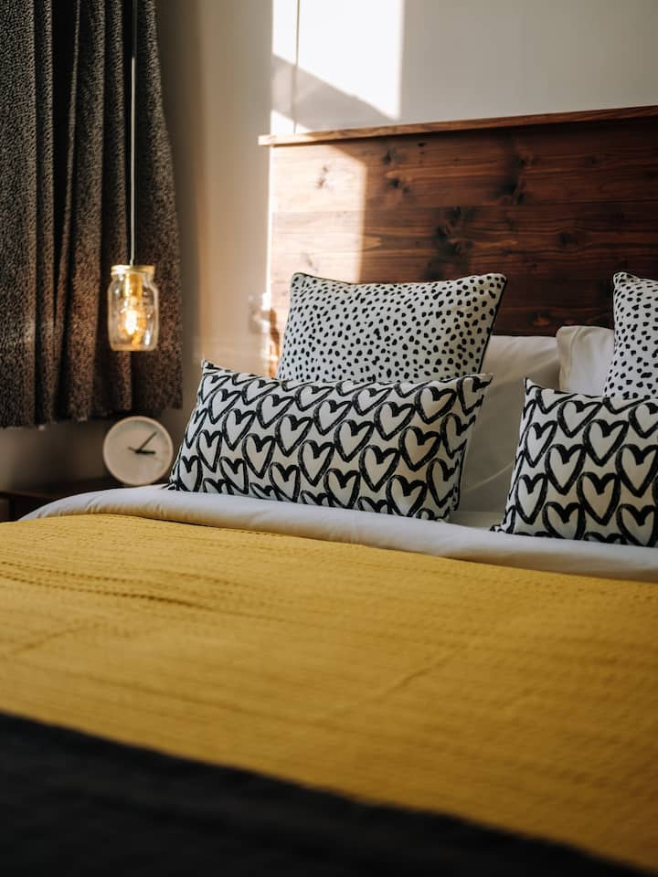 The SUNSHINE Studio-Quirky stay on the high street