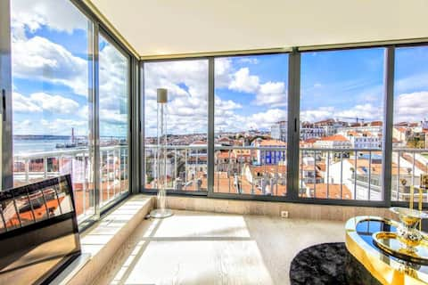 Your own miradouro in Lisboa! Enjoy watching the sky turn golden and pink as the sun goes down in the evening. The view truly is unparalleled!