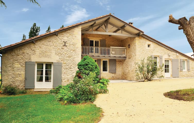 Holiday cottage with 3 bedrooms on 240 m² in St Vivien de Monsegur