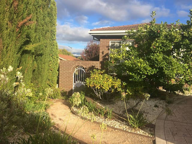A comfortable pet friendly flat in  South Canberra - Gordon - Hus
