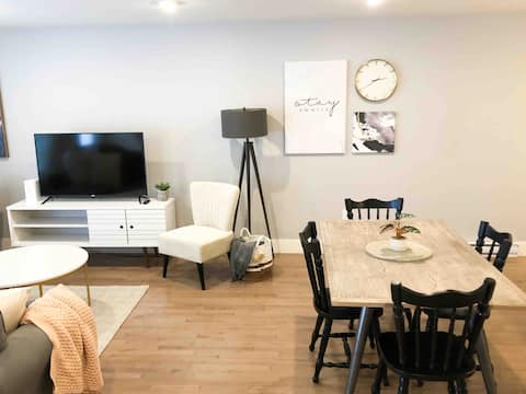 Executive 2 bedroom| laundry incl | open concept