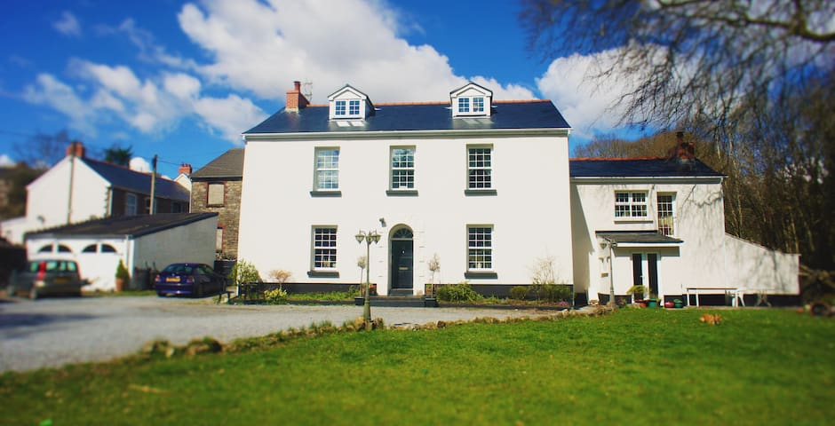 Brynaman House B&B. King Size En-Suite. Room (1) - Upper Brynamman - Bed & Breakfast