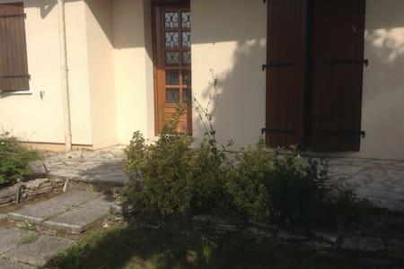 Petite Maison agréable et au calme - Les Billaux - House