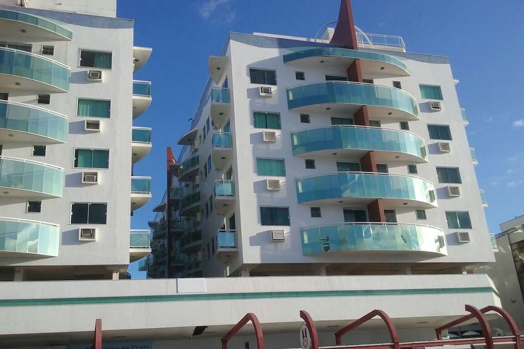 A varanda do apartamento está ao centro acima. Entre os prédios. Prédio na av. Beira Mar. Balcon is on the building's middle.