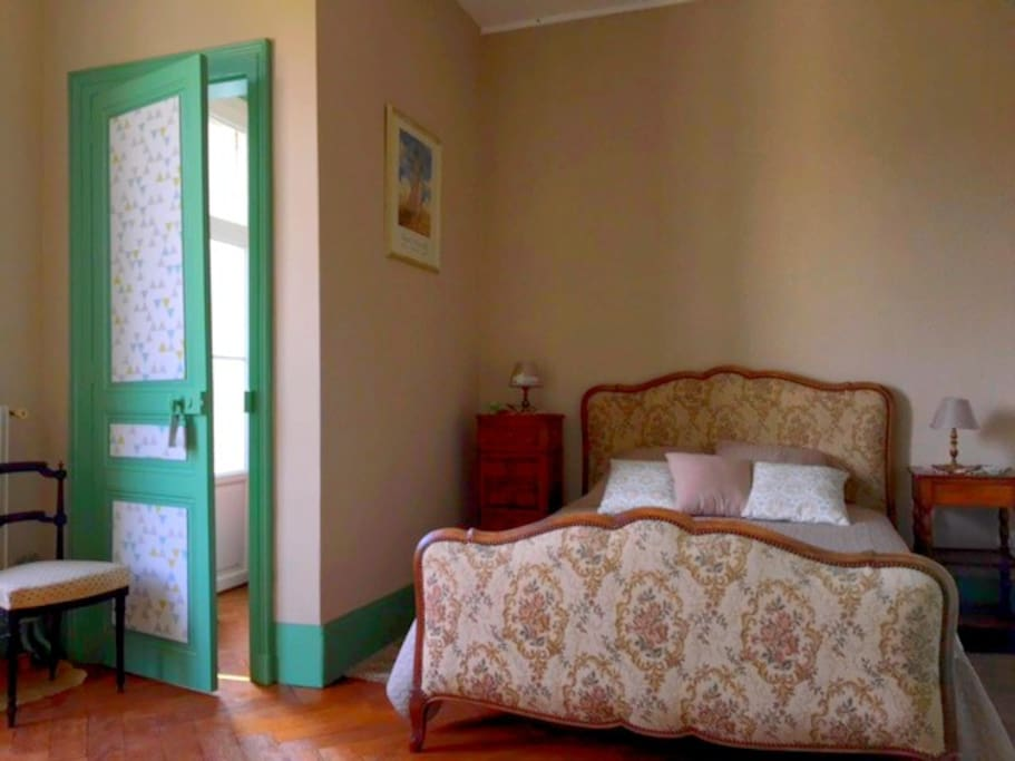 Chambre Renée - Lit confortable de 2 places & accès au balcon.