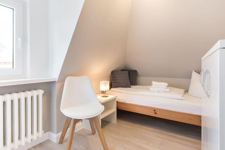 Das Schlafzimmer 3 mit einem Bett mit der Breite von 90 cm.