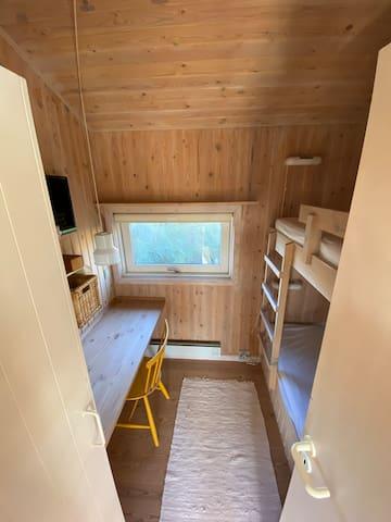 1 børneværelse med 2 køjesenge plus skrivebord