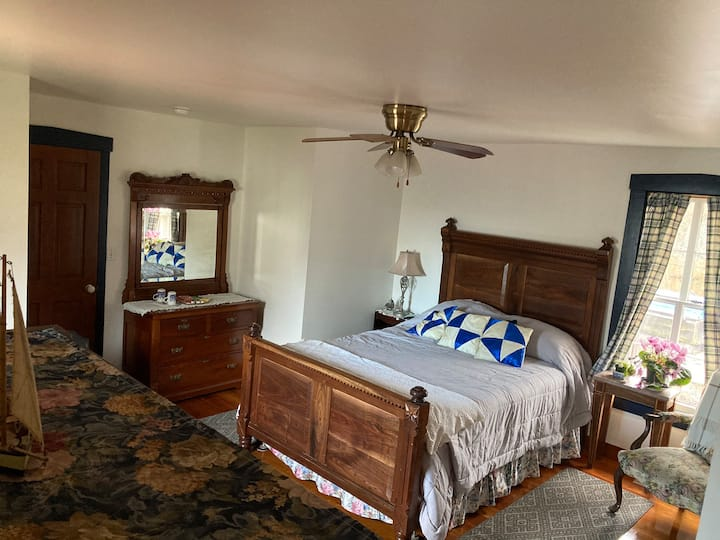 Private suite at historic water view Walnut Grove
