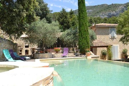 Belle maison avec sa piscine à débordement
