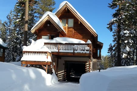Hillside Cedar Log Cabin - Norden - House