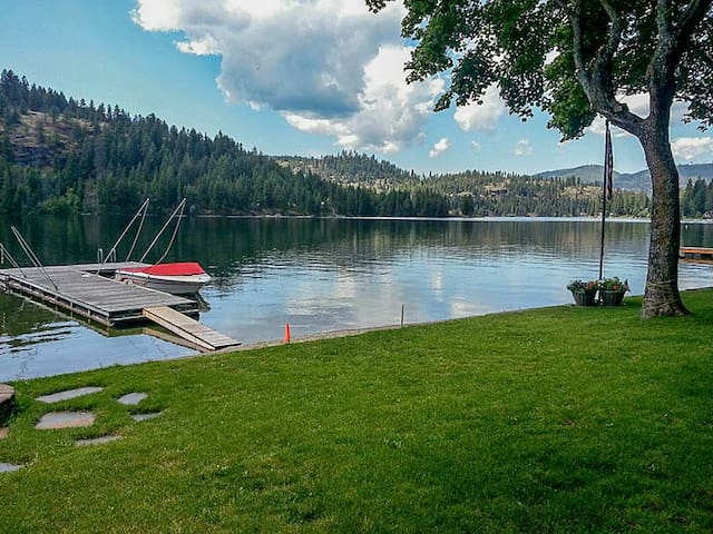 Twin Lakes Lodge | Stair-free Waterfront Home Near Dining and Theme Park