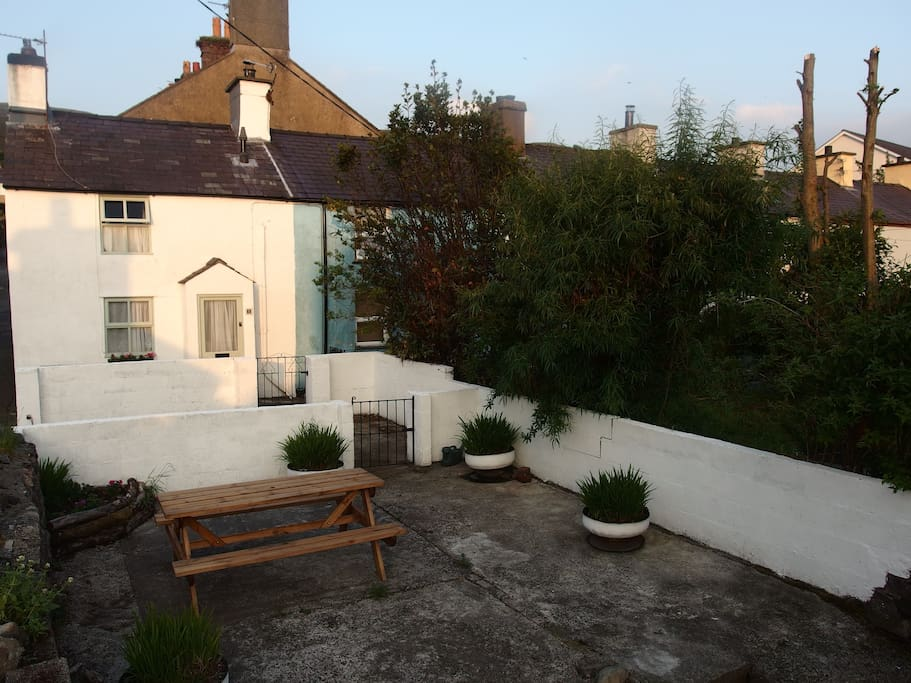 Cosy cottage, private parking, picnic and garden area
