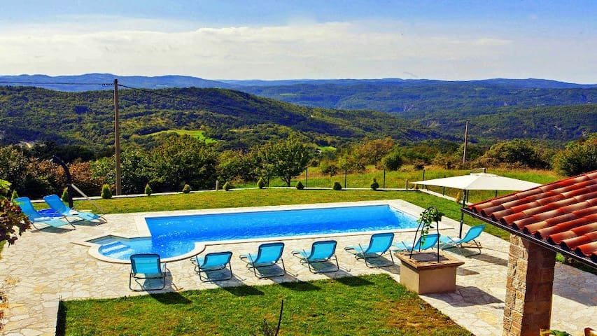 4 bedroom villa with whirpool in a quiet location - Lupoglav - Villa