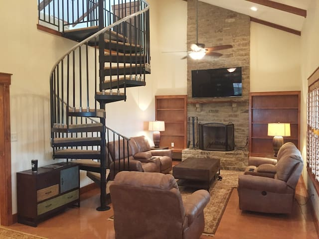 Hill Country Hideaway minutes from City !!