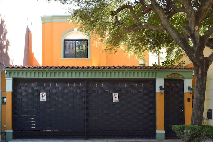 Huge and cozy home in Monterrey 3beds&3.5bathrooms
