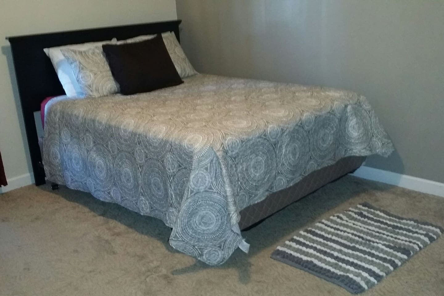 Queen size bed, light quilted cover great for Summer bundling, three neck relaxing pillows for an enjoyable slumber.