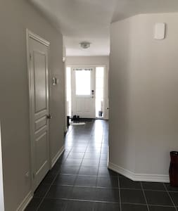 Sofia's Place, cozy, affordable plus parking - Thorold - Huis