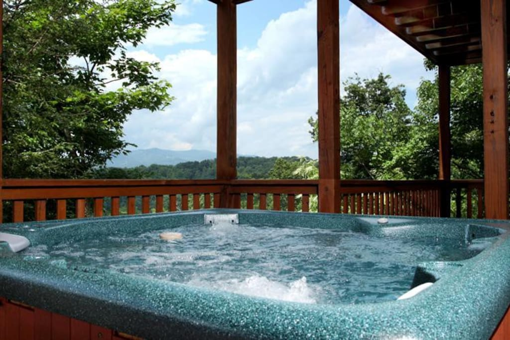 Hot Tub All the Time - Enjoy the luxury of Eagles Point Lodge and the outdoor hot tub, ready for nightly relaxation after trophy