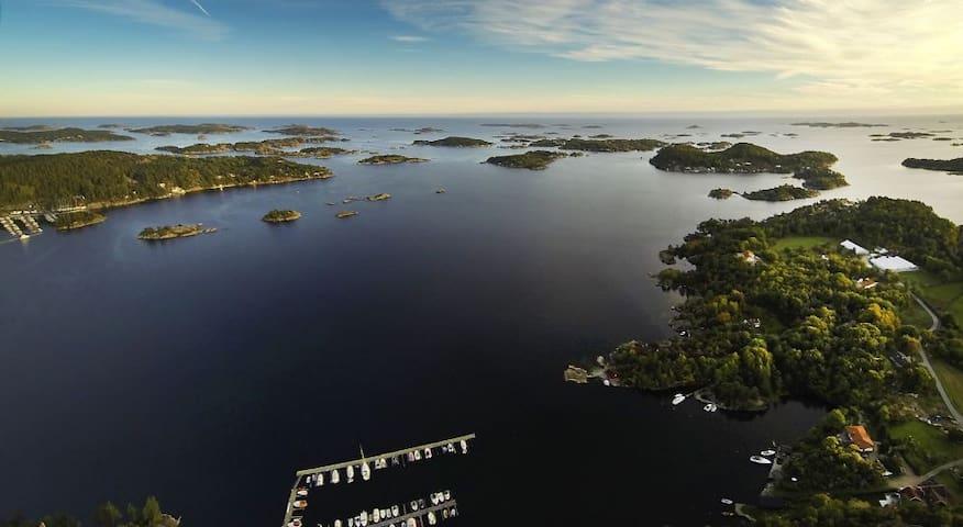 Solrik Sørlandsperle rett ved sjøkanten