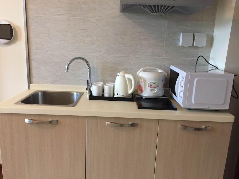 厨房:有微波炉、电磁炉、锅具、厨具、电火锅、碗筷、油盐酱