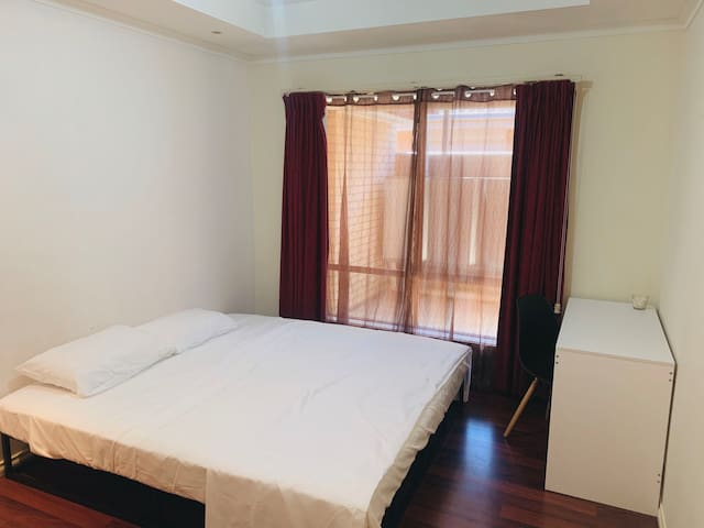 Adelaide single room with big bed