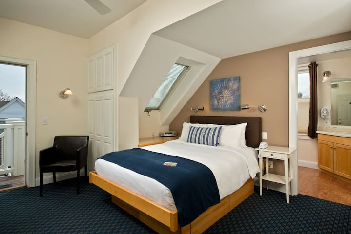 Room 3 (Queen Bed) - Benchmark Inn