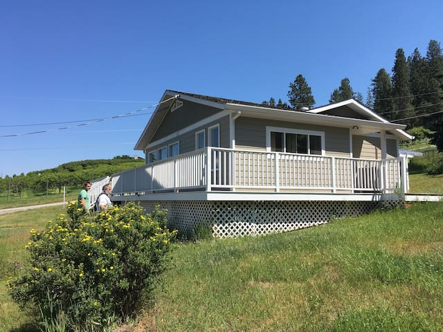 Gorgeous Home, 1 Acre lot, 10 Mins. Walk to Beach