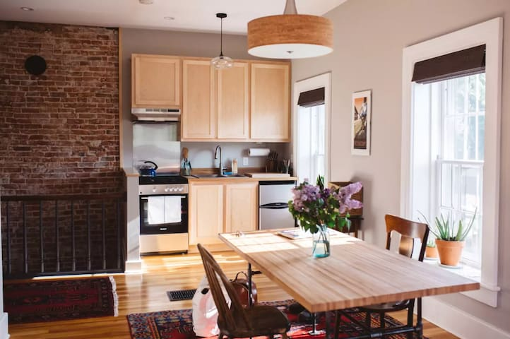 Decorah House • Bright, airy, 5 blocks to downtown