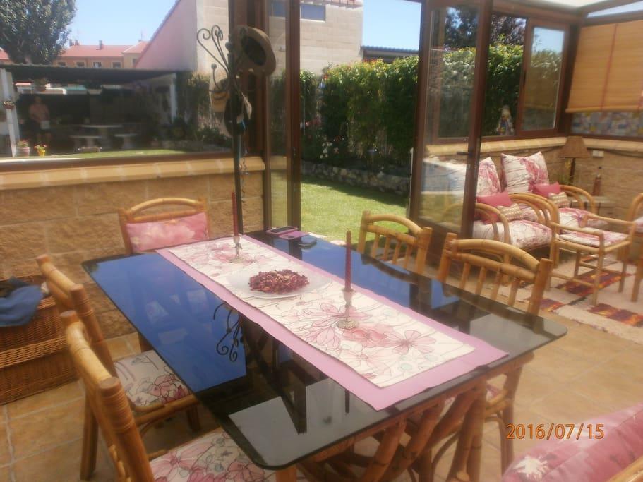 3 Vistas del jardín desde la mesa del comedor  de verano , donde con buen tiempo los anfitriones sirven un delicioso desayuno incluido en el alojamiento .
