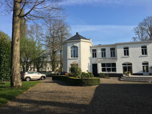 «Chateau d'Oxelaëre» Villa au pied du mont Cassel