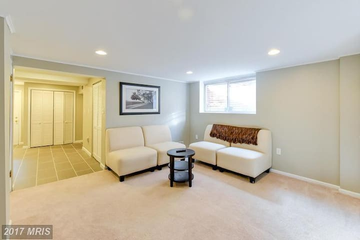 Beautifully Renovated Apartment with Parking