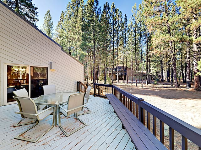 3BR w/ Fireplace & Deck, Near Golf