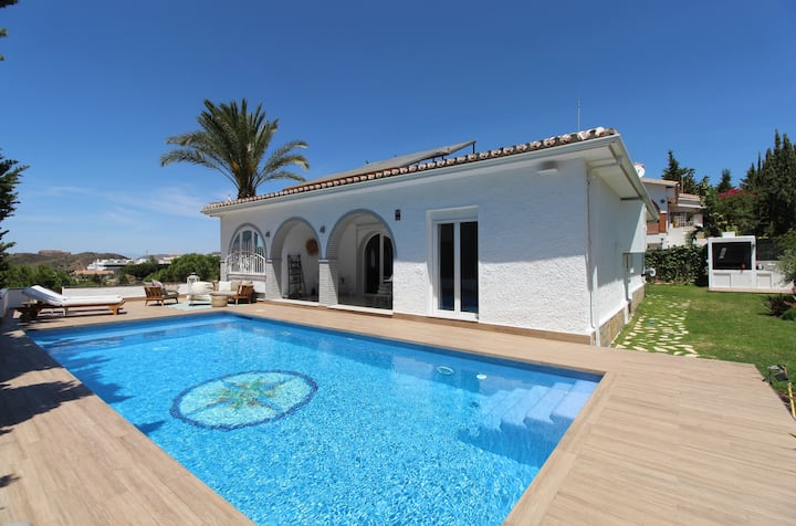 Bright Villa with Sea View and Pool in Rincon de la Victoria