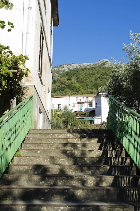 Scale per accedere in piazzetta prima dell'appartamento