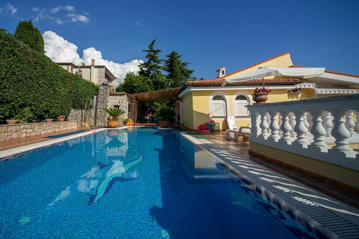 Charming apartment with shared swimming pool, private covered terrace, lovely garden, open kitchen