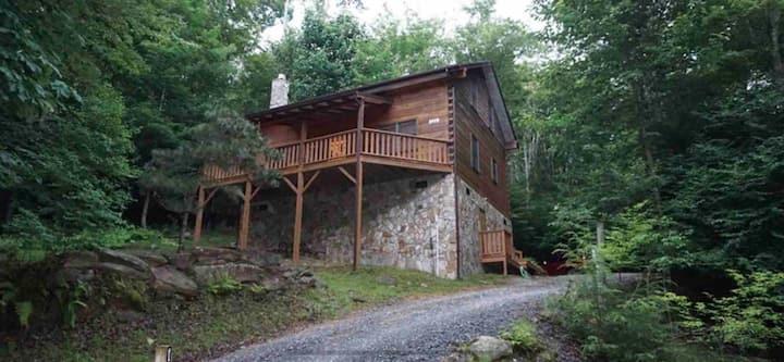 Cozy Cabin less than 2 mi from ski resort! Dogs OK