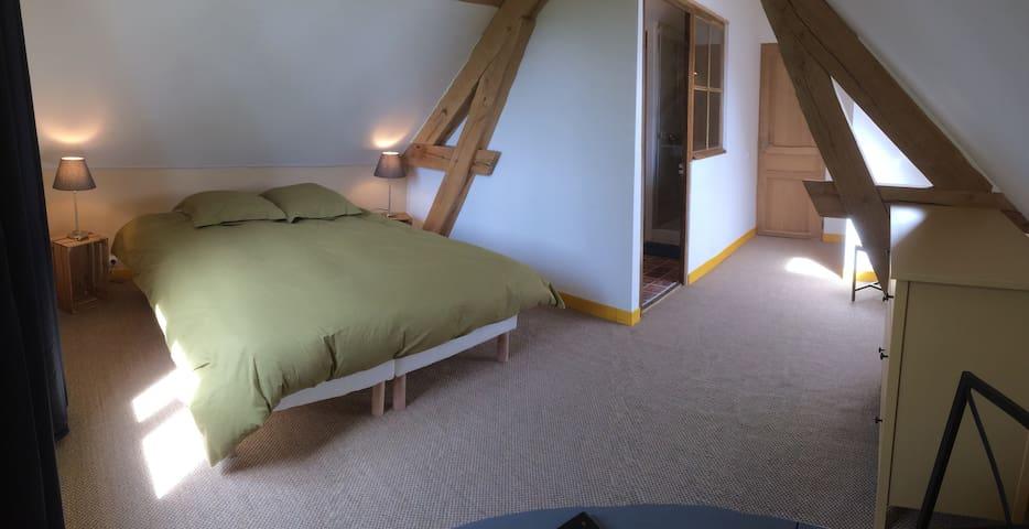 A l'Atelier - Sous les toits / Chambres à Vézelay