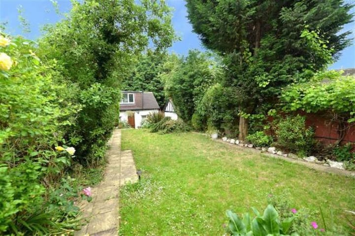 Cosy Garden Room - Only 15min to Central London!