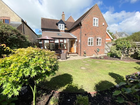 Meade Cottage, cosy 2 bed cottage close to town