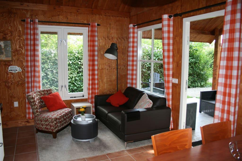 Zitkamer met TV - living room with TV