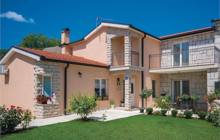 Semi-Detached with 4 bedrooms on 159m² in Zmijavci