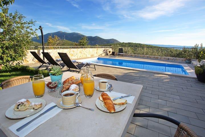 Villa s jednom sobom, Gata, Vanjski bazen