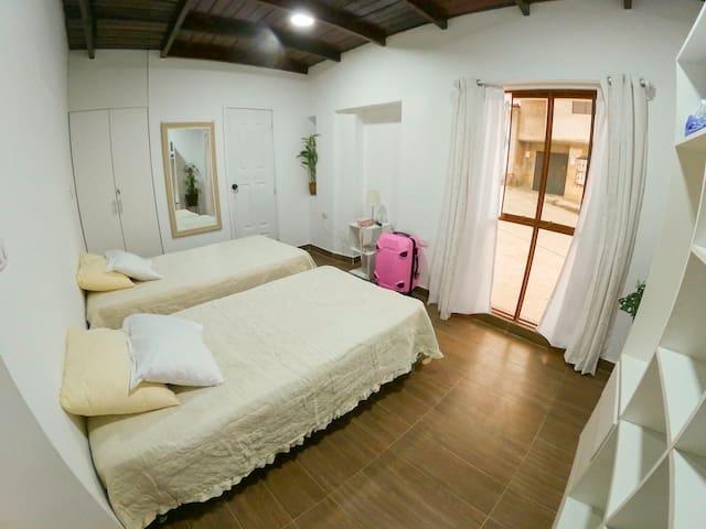 Habitación con ventanal hacia el exterior, maximizando la luz natural.
