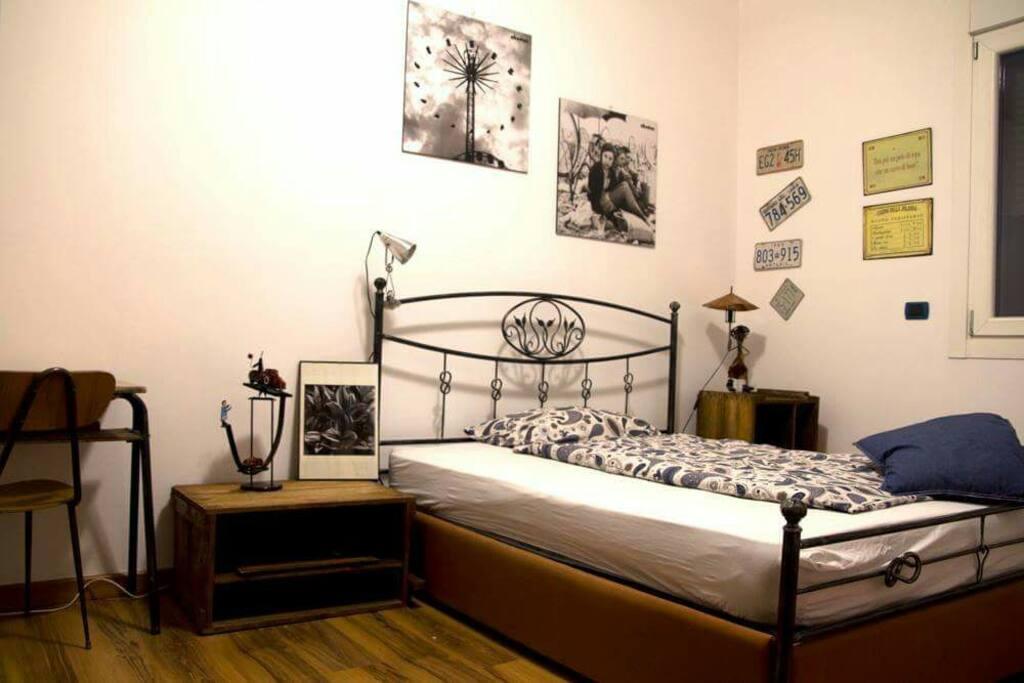 IRON BED ROOM Camera matrimoniale.ideale x coppie e amici.possibilità di avere un lettino x bambini piccoli
