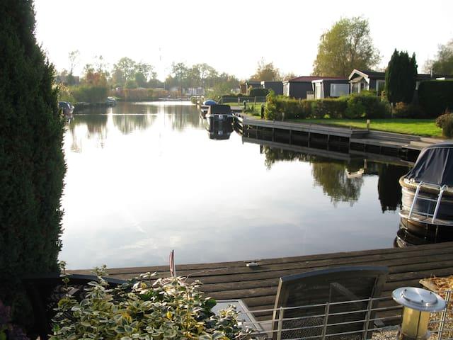 Chalet aan het water in Friesland. - Earnewâld - Alpstuga