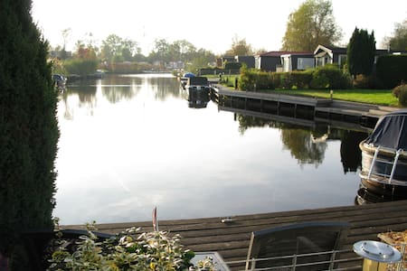 Chalet aan het water in Friesland. - Earnewâld - Almhütte
