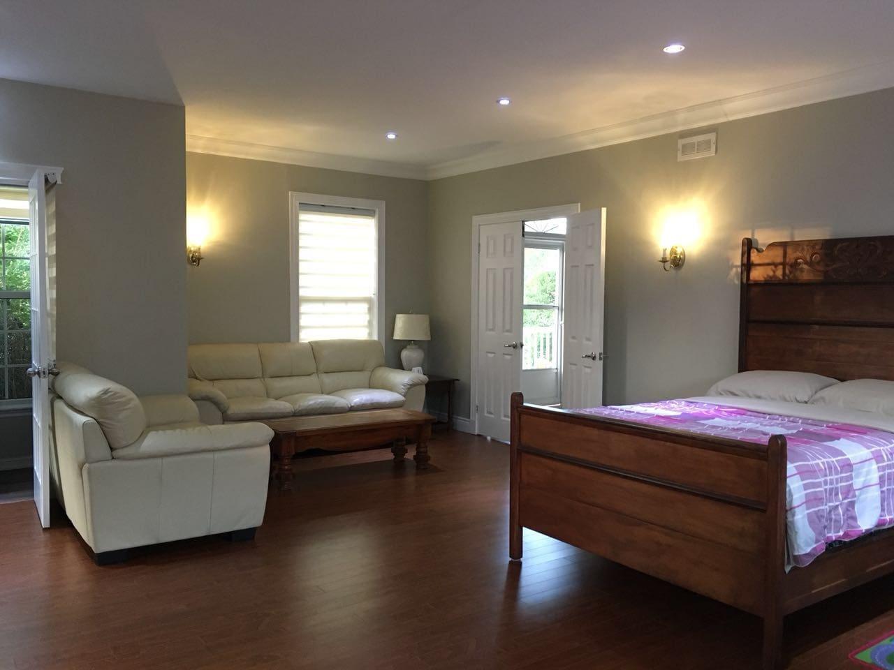 房间很大,2张双人床,2组沙发,智能电视,窗外海景