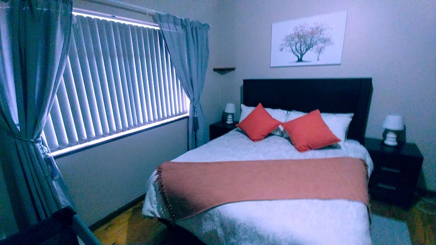 Cosy/modern Queen bedroom, 900m to blue flag beach