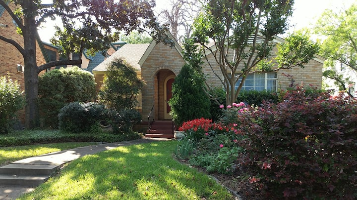 Charming Cottage Close to Downtown